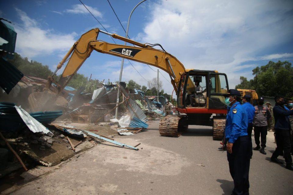 Buka Akses Jalan, Tim Terpadu Tertibkan ROW 30 M Jalan Industri Tanjung Uncang (foto : hms)